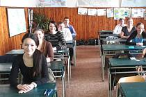 STUDENTI KLADENSKÉHO GYMNÁZIA  se fotili s úsměvy na tvářích, a to těsně před zahájením maturitní zkoušky.