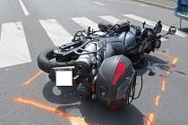 Havarovaný motocykl značky Suzuki.