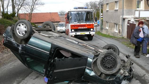 Ford Escort ve čtvrtek ukončil svou jízdu Drnovem na střeše uprostřed silnice.