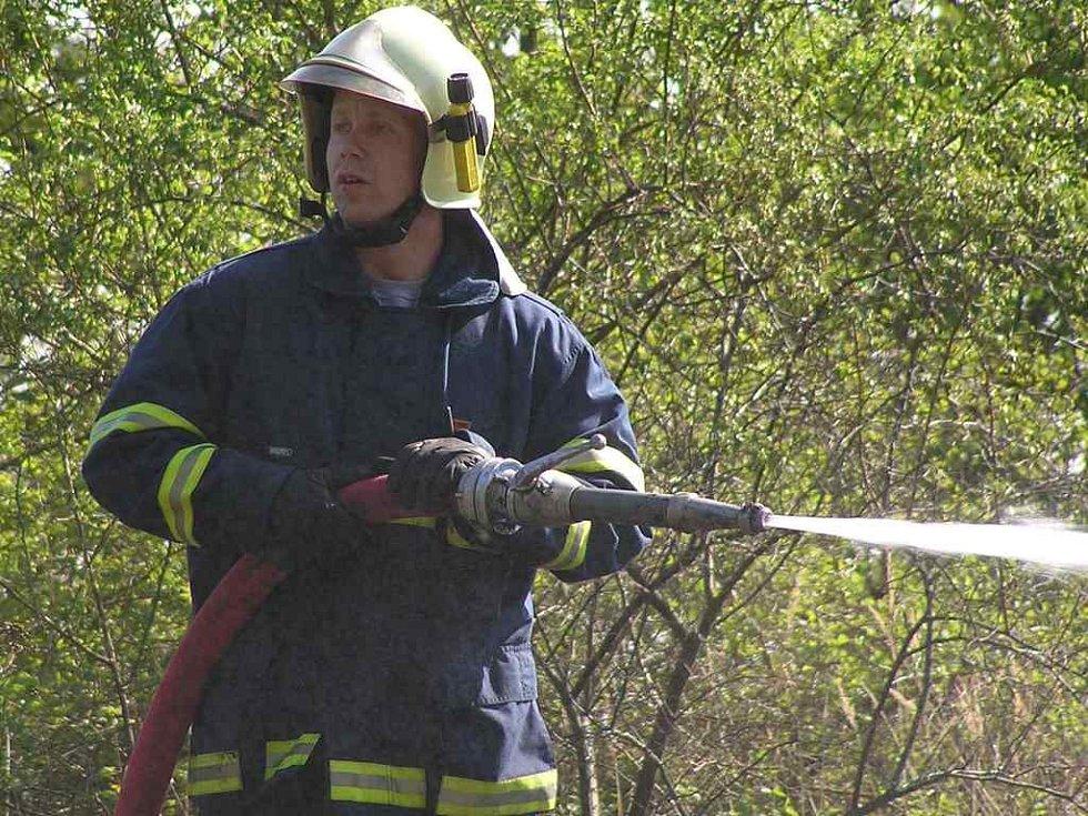 Požár lesa u ubytovny pro neplatiče způsobil škody za deset tisíc korun.