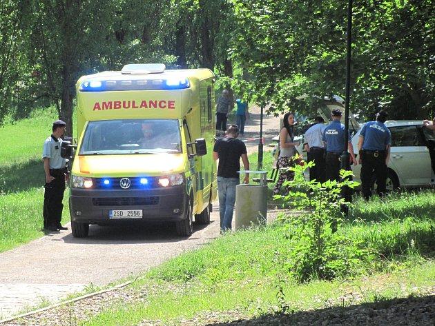 Na místě zasahovali záchranáři, policisté a strážníci.