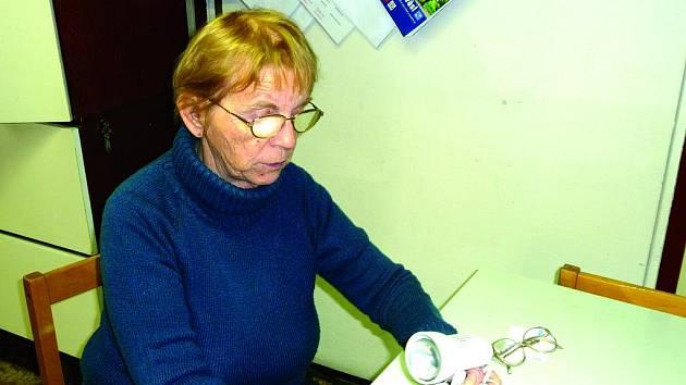 Dagmar Radilová s jednou ze signalizačních pomůcek