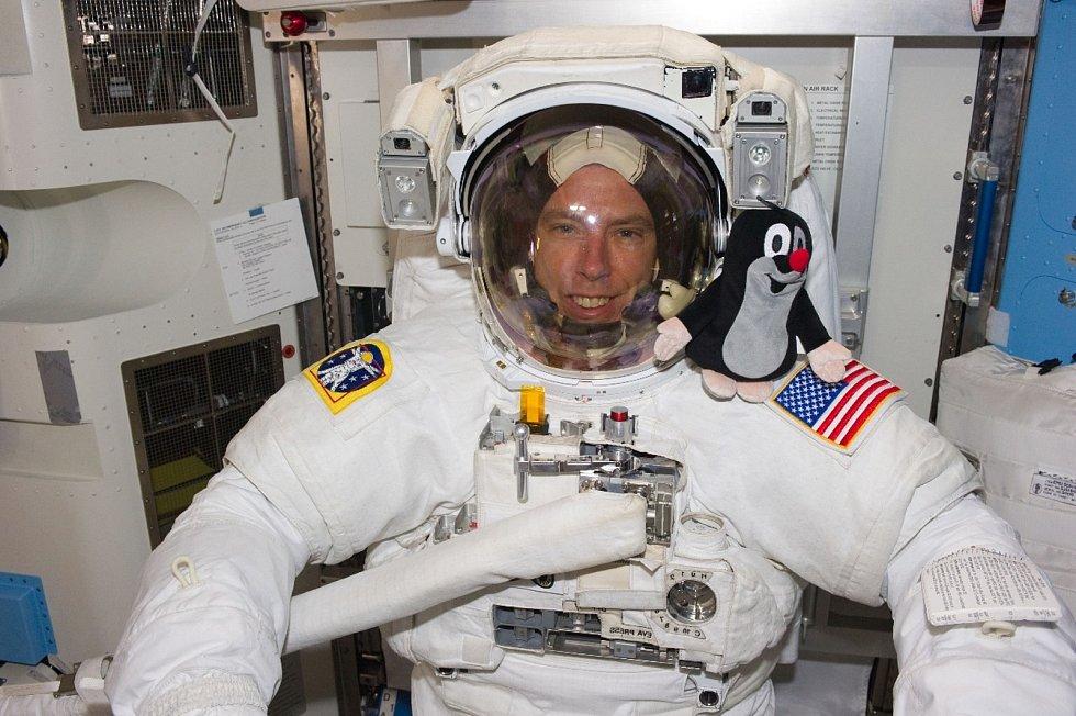 První snímek Krtka astronauta přišel od Andrewa Feustela z paluby Mezinárodní vesmírné stanice ISS ve čtvrtek 26. května 2011, jedenáctý den po startu.