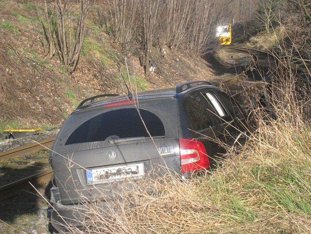 Srážka osobního auta a vlaku na přejezdu v Kladně na Ostrovci.