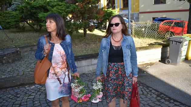 Učitelky při zářijovém protestu před Základní školou Vraný. Zleva: Štěpánka Vítová, Ludmila Svobodová.