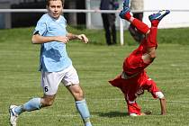V letu po srážce s Martinem Kottem je Milan Rasocha, odnesl to zraněním // SK Hřebeč - Sokol Bránov 3:2 (2:1) , utkání I.B. tř sk.A., 3.k., hráno 4.9.2010