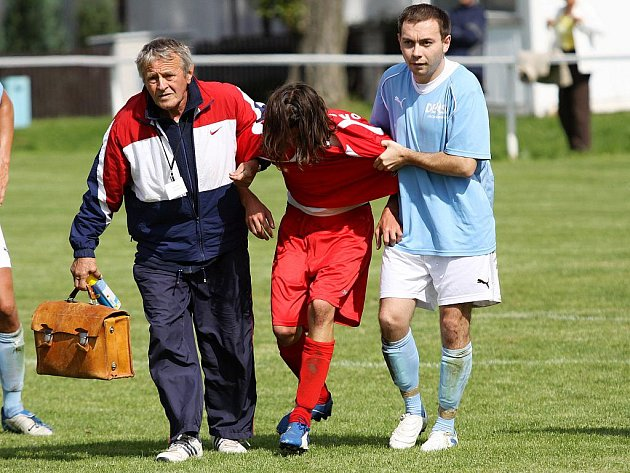 Martin Kott pomáhá v odchodu z trávníku zraněnému Milanovi Rasochovi // SK Hřebeč - Sokol Bránov 3:2 (2:1) , utkání I.B. tř sk.A., 3.k., hráno 4.9.2010