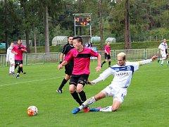 """Tatran Rakovník - Kladno, 0:1 na penalty. Hostující Michal Borák (v bílém) takhle """"žlutě"""" fauloval Dominika Doláka"""