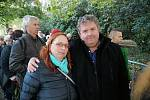 Žižičtí byli na Žofíně už ve dvě hodiny ráno, aby se rozloučili s Karlem Gottem. Na snímku starosta Žižic Vratislav Rubeš s manželkou Marcelou.