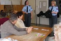 Policistky vysvětlovaly, na co by senioři měli dávat pozor.