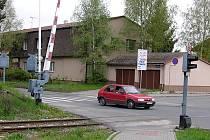 Vzdálenost vlakového přejezdu a přechodu pro chodce je v ulici Petra Bezruče v Kladně necelé tři metry.