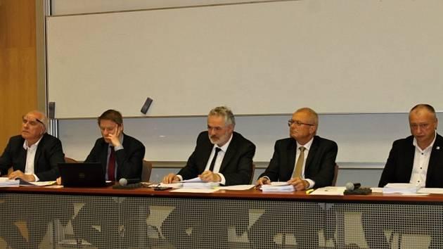 Březnové zasedání zastupitelstva města Kladna. Druhý zleva náměstek primátora Tomáš Kutil, třetí zleva primátor Dan Jiránek.