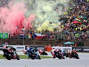 """Atmosféra na """"stadionu"""" během zahřívacího kola MotoGP."""