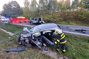 Na silnici I/16 se 13. října 2021 srazil osobák s dodávkou, dva lidé uhořeli, čtyři jsou těžce zranění.