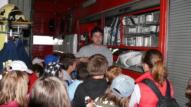 Hasiči v Kladně potěšili děti na jejich svátek ukázkou techniky při Dni otevřených dveří.