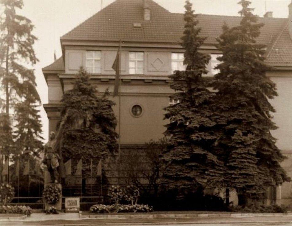 Pomník Rudoarmějce před budovou, ve které dnes sídlí okresní soud.