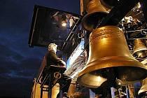 Pražskou mobilní zvonkohru tvoří sedmapadesát zvonů. Celý násroj váží dvanáct tun.