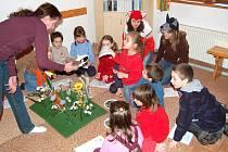 PRACOVNICE střediska Jitka Salcmanová z naučného střediska to s dětmi umí. Ty se odvděčily velikým zájmem.