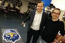 Vít Heral (vpravo) v kladenské kabině s nejslavnějším českým sportovním komentátorem Robertem Zárubou.