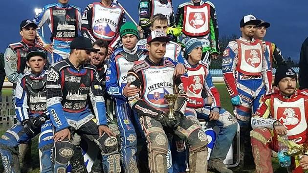 Nejlepší týmy prvního závody extraligy 2019, vlevo borci AK Slaný.