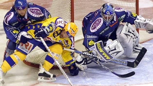Brankář Orct patřil k nejlepším hráčům Kladna stejně jako M. Procházka (vlevo). Oba však přemohl zlínský kapitán Zdeněk Okál, jenž přihrál na rozhodující trefy svého celku.