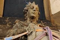 Instalace restaurované sochy před kostelem svaté Kateřiny ve Velvarech.