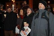 Na náměstí Starosty Pavla v Kladně se koledy s Deníkem zpívaly letos poprvé, přičemž k davu se z pódia přidala i profesionální vokální skupina Skety.