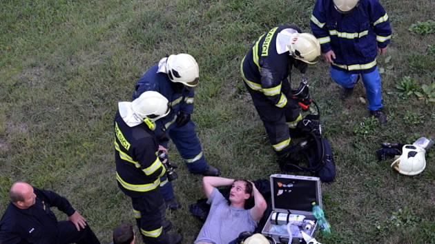 Při požáru bytu v Kladně se těžce zranil majitel, jeden z hasičů utrpěl lehká zranění.