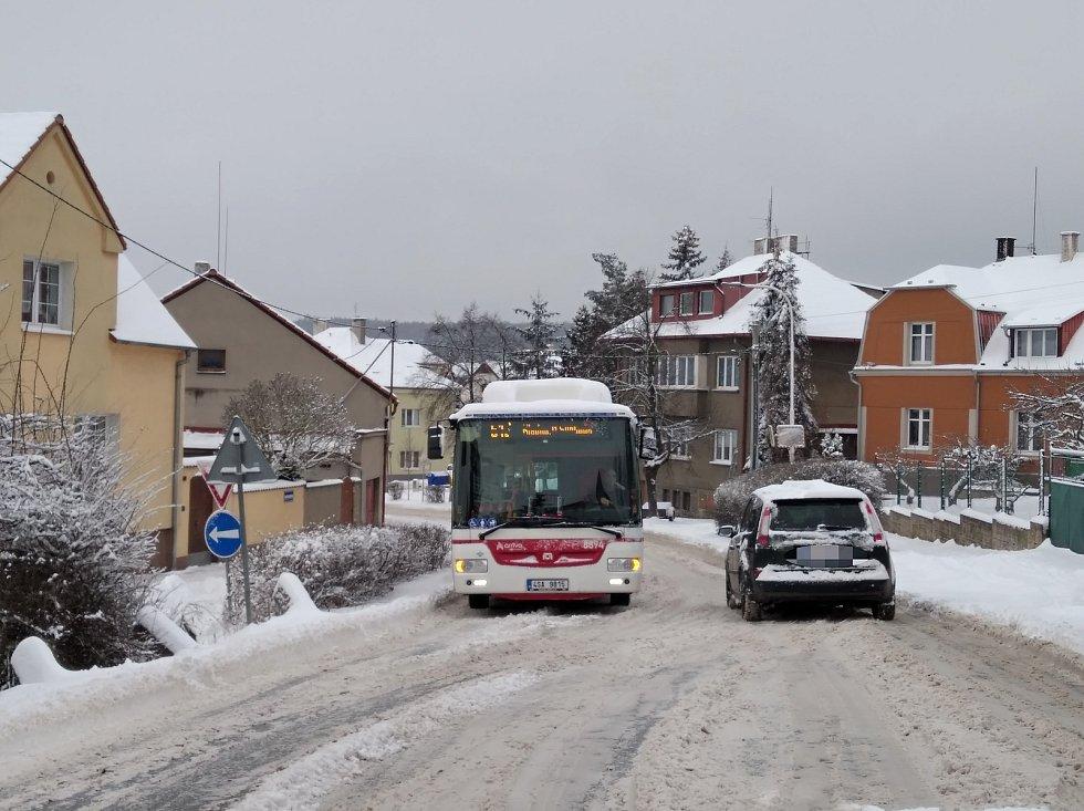 Sníh v Kladně a okolí způsobuje v pondělí nemalé problémy řidičům.