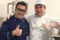Zleva na snímku profesor Palmiro Bruschi. Vpravo zmrzlinář Antonín Pudil.