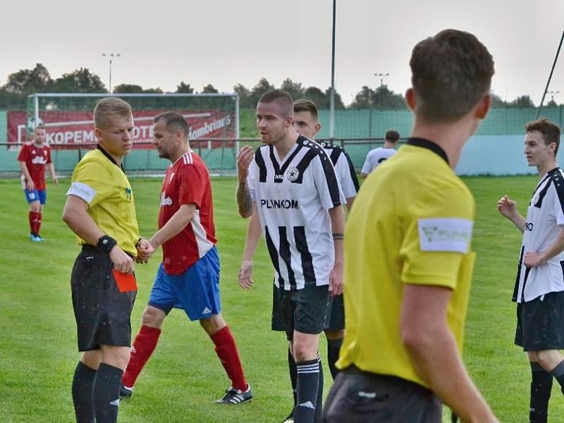 Vysoká (v červeném) přivítala nováčka Baník Švermov, který hrál hodinu o deseti, přesto vyhrál 3:0. Tady je červená pro Vaňka
