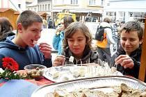 Mladí návštěvníci happeningu Francouzských dnů mohli ochutnat typické francouzské sýry. Víno patřilo jen dospělým.