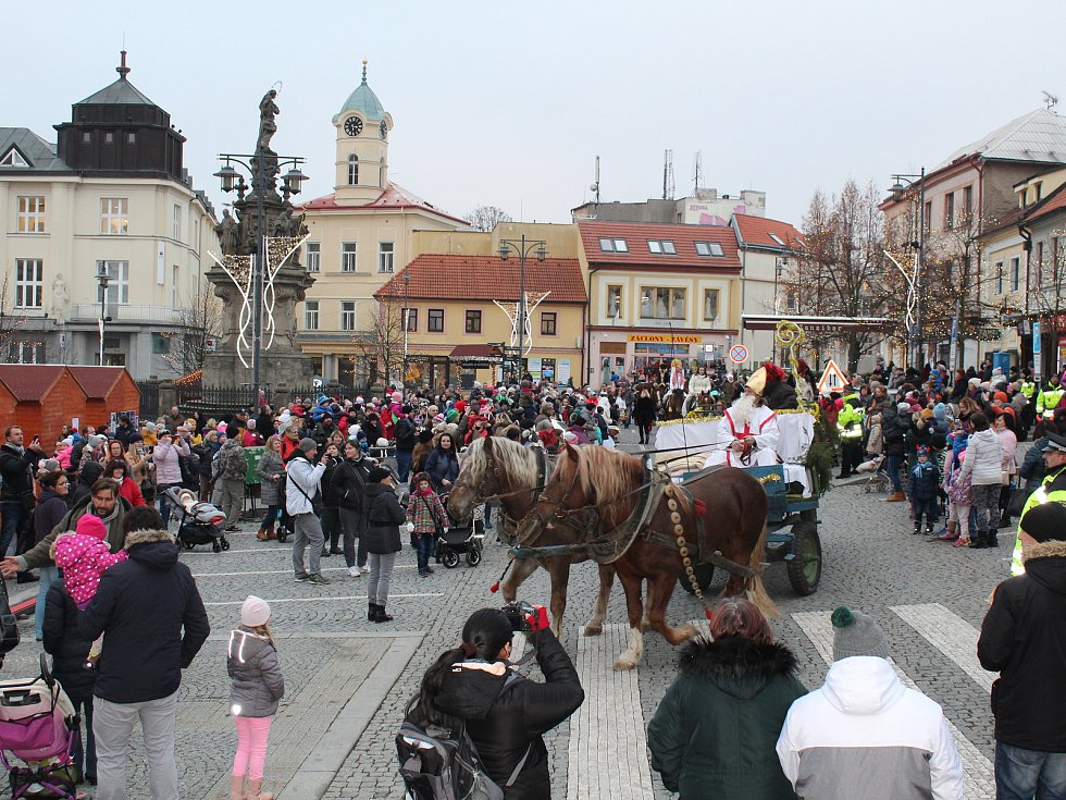 Mikuláš na náměstí dorazil s celou svou družinou plnou čertů a andělů.