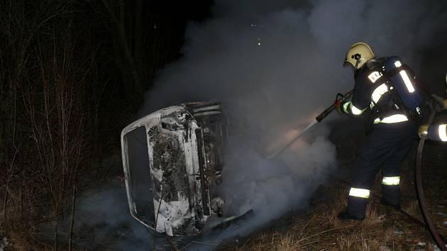 Hasiči likvidovali další požár automobilu.