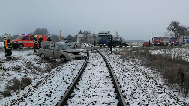 Střet vlaku s osobním autem poblíž Chýně se obešel bez zranění