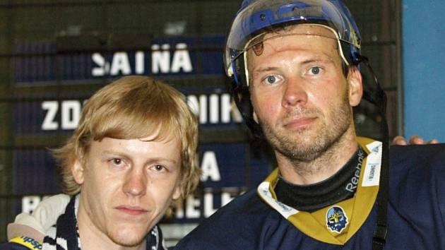Až z Benešova jezdí fanoušci za Rytíři, Petr Tenkrát (vpravo) se s ním ochotně vyfotil.