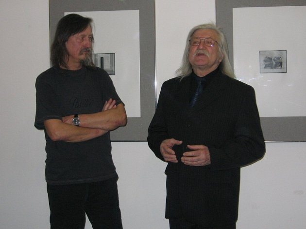 Na zahájení výstavy  ve spořitelně pozval Jiří Hanke známého písničkáře a literáta Josefa Fouska.
