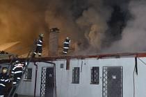 V HOŘÍCÍM OBJEKTU se nachází mimo jiné restaurace. Po čtyřech hodinách se hasičům podařilo mít nad požárem kontrolu.