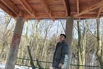 Josef Nič ze Slaného si opravy altánu na Hájích pochvaluje.