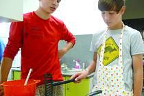 ŽÁCI SE UČÍ VAŘIT v moderních kuchyňkách, které by jim lecjaká hospodyně záviděla.