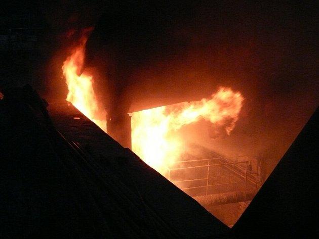 Hasiči zasahovali u požáru, který vypukl v areálu Poldovky.