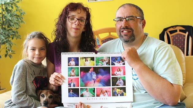 Víc srdcem než očima. I za to bojuje zdravotní sestřička z Kladna Petra Dunajová (na snímku s rodinou).