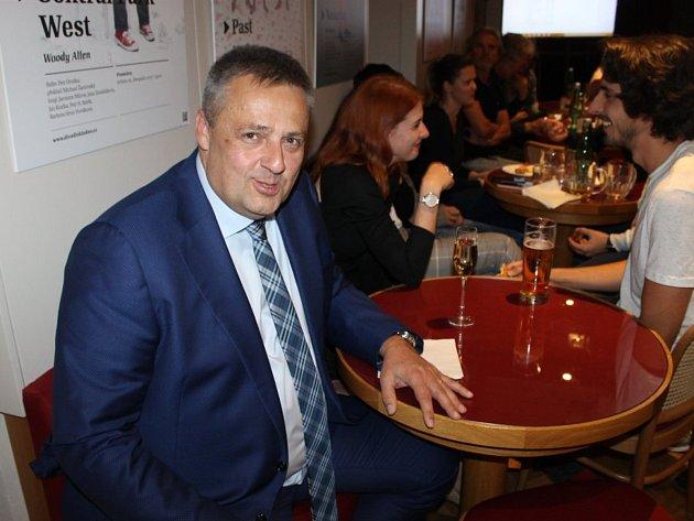 Kladenský primátor Milan Volf těsně po sečtení hlasů ve volebním štábu Volba pro Kladno.