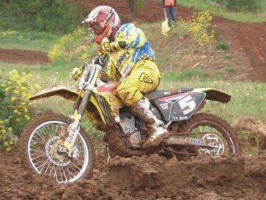 Úterní vložený závod v Třebízi se musel kvůli počasí omezit na jednu jízdu. Tu František Smola vyhrál.