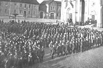 JEDNOTKA KLADENSKÝCH DOBROVOLNÍKŮ nastoupená před odchodem na pomoc Slovensku v listopadu 1918.