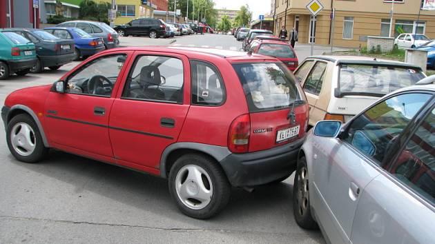 Opel Corsa svědky trochu vyděsil, auto se rozjelo samo bez řidiče a nabouralo do zaparkovaného audi.