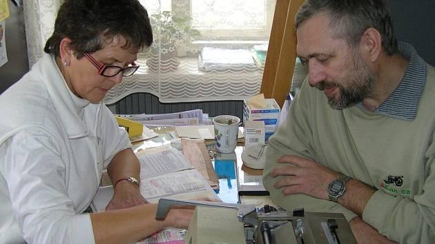 Desítky obyvatel Unhoště musí nyní využívat péči v  ordinaci u doktora Vladimíra Ječmena kvůli tomu, že praktický lékař Aleš Maisner o sobě stále ještě nedal nikomu vědět.
