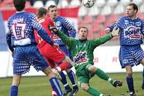 Rozruch  před kladenskou brankou zapříčinil centrovaný míč a dotírající brněnský útočník Pavel Simr.