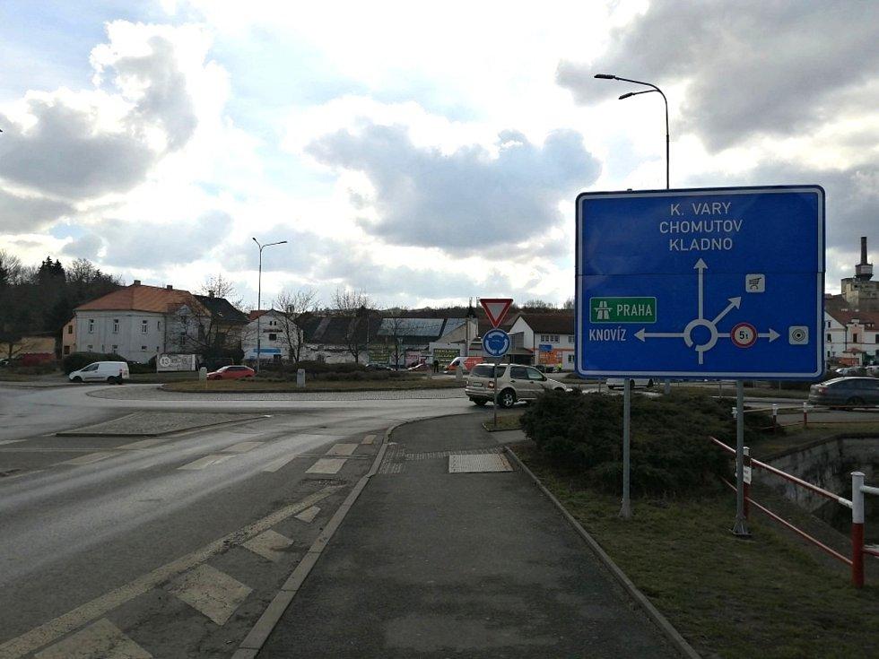 Kruhový objezd a Pražská ulice ve Slaném.