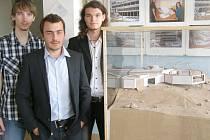 STUDENTI STŘEDNÍ PRŮMYSLOVÉ ŠKOLY  a Obchodní akademie Kladno Matěj Polívka (uprostřed), Štěpán Sládek (vpravo) a Ondřej Vlasák se svou stavbou Anthropoid.